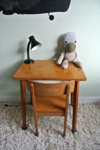 houten bureautje met stoeltje te koop: 45 euro, mail: haskesommers@gmail.com