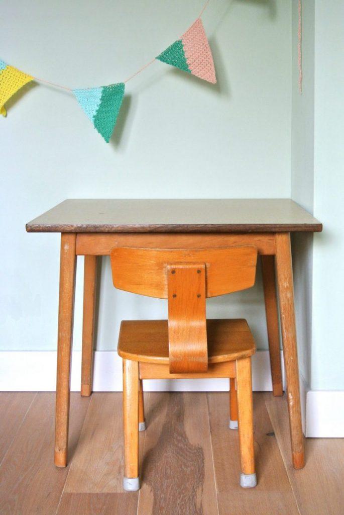 vintage kindertafel met stoeltje: set te koop voor 49 euro.