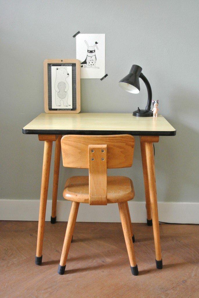 houten vintage schoolbureautje inclusief bijbehorend stoeltje te koop: 65 euro | interesse: haskesommers@gmail.com | op te halen in Amsterdam