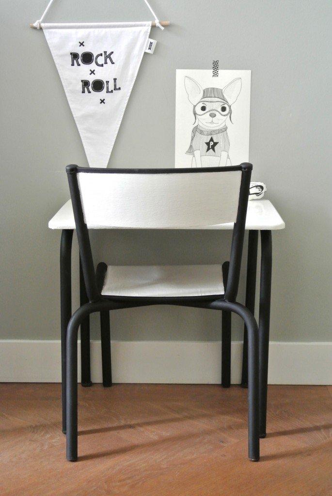 oud zwart wit bureautje met bijbehorend stoeltje   59 euro   interesse? haskesommers@gmail.com   op te halen in Amsterdam