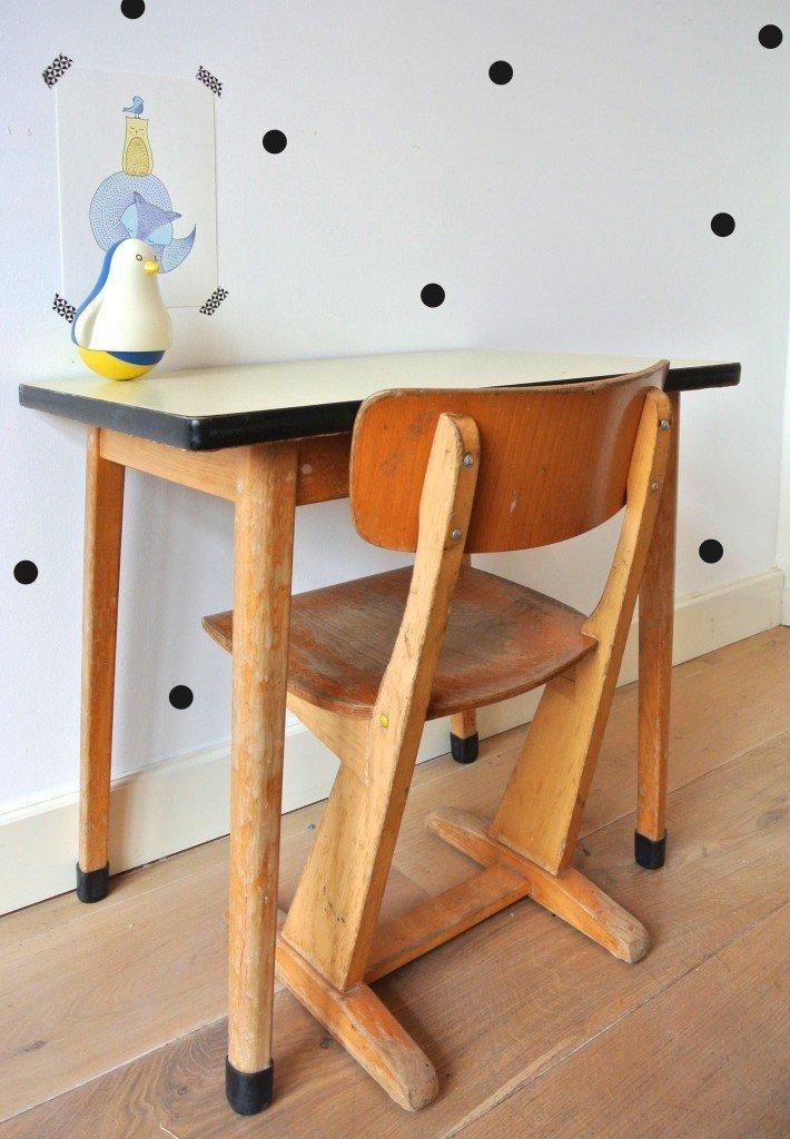 houten retro kindertafeltje met stoel te koop! Interesse? Ik verkoop het setje voor 65 euro en is op te halen in Amsterdam: haskesommers@gmail.com