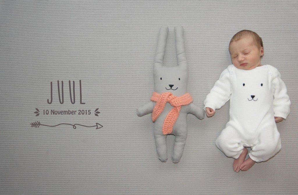 voorkant geboortekaartje met handmade konijnknuffel