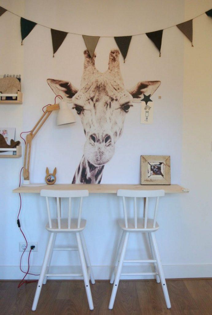 De stoeltjes van het advies hebben we vervangen voor de hoge ikea krukken zodat het bureau al op de juiste plek hing voor een grote jongens stoel. Dan hangt de giraffe ook goed voor als Hidde ouder wordt en op een grote stoel kan.