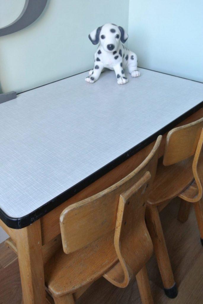 vintage kleutertafeltje met 2 stoeltjes! Te koop voor 95 euro. Interesse? mail: haskesommers@hotmail.com. Het setje is op te halen in Amsterdam