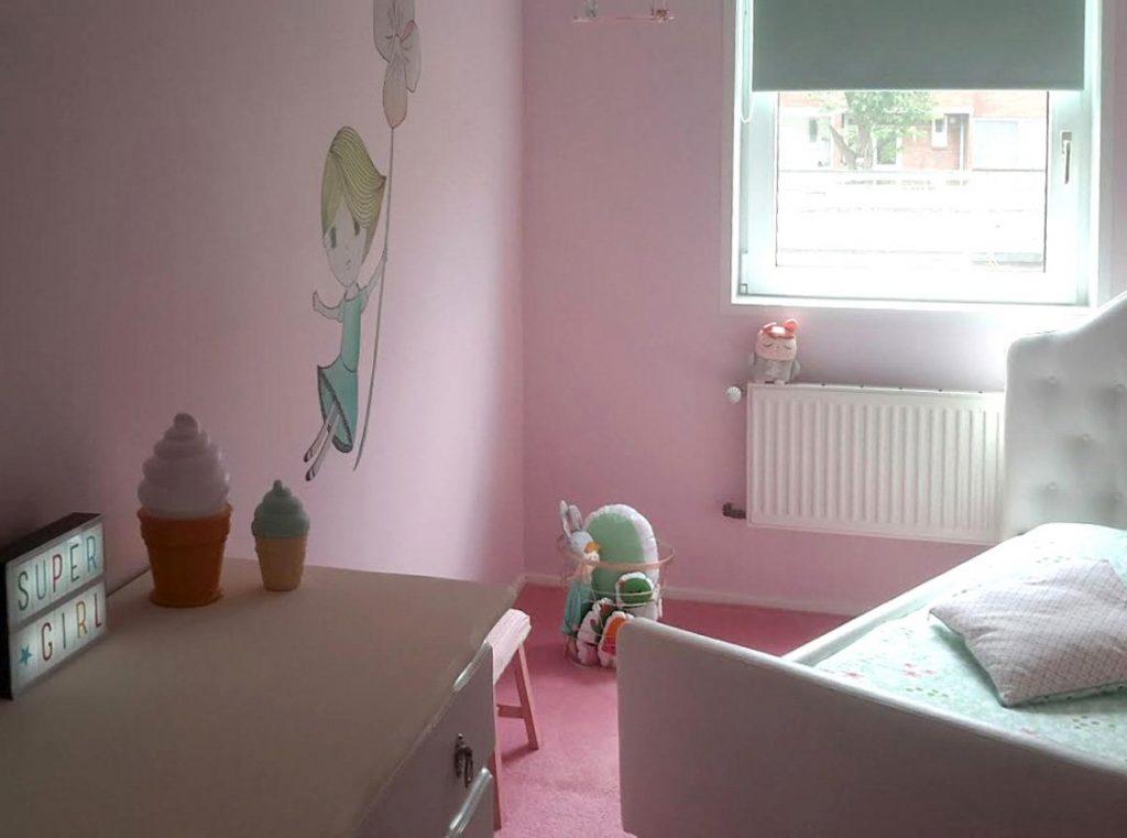 De muursticker fleurt perfect de kale muur op in de hoek van de kamer. Ook van die kale muren? Kijk eens bij mijn printables!