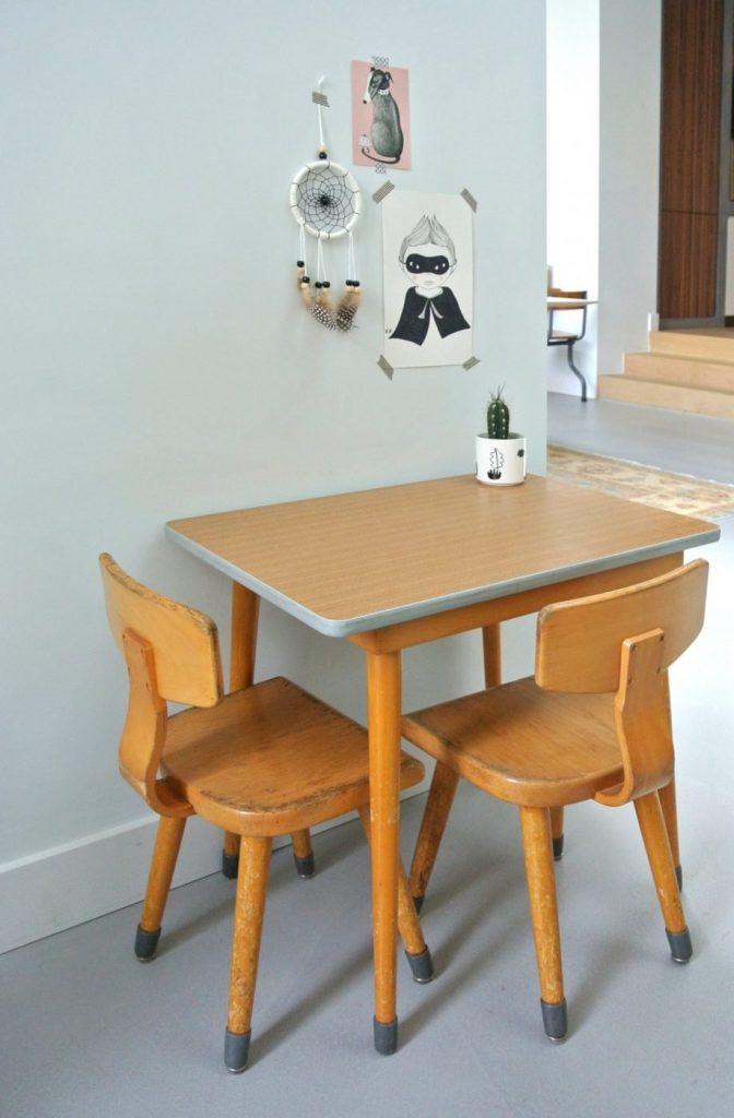 Heb je interesse in dit vintage tafeltje met 2 stoeltjes? Mail: haskesommers@gmail.com. Het setje is op te halen in Amsterdam en het kost 99 euro.
