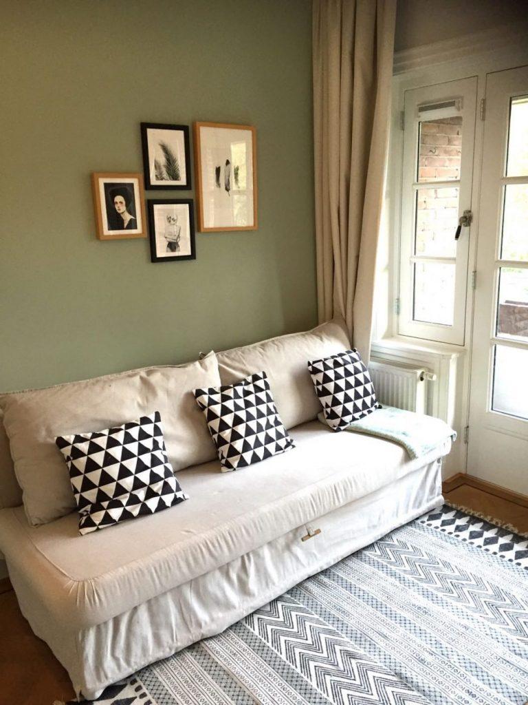 slaapbank van ikea. Weer gecombineerd met zwart, groen en hout.