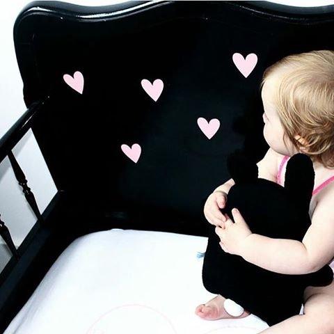 gevonden op imgrum. Leuk dat zwart met het zachte roze van de stickertjes.